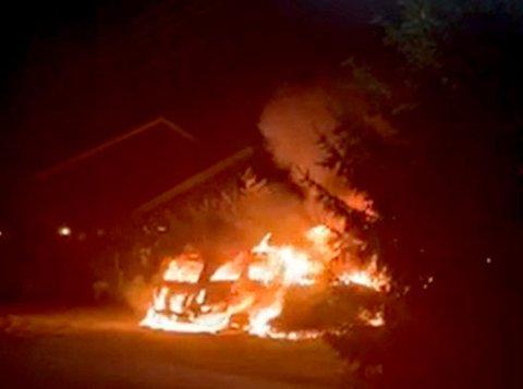 BILBRANN: Her står de to bilene i brann: – Det brant voldsomt, sier RB-tipser.
