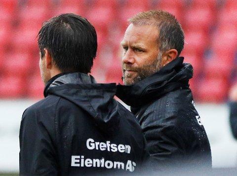FRUSTRERT: Kisa-trener Trond Fredriksen (t.h.) hadde ingen god forklaring på kollapsen i Sogndal.