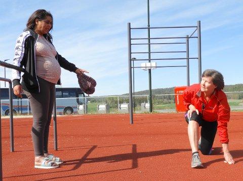 KORNOATRENING: Personlig trener Sonia Laroussi Rice instruerer Monica Myhren på banen utenfor Spikkestad ungdomskole.