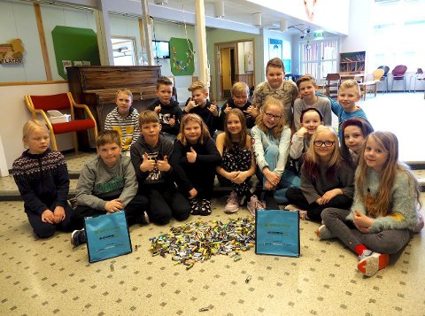 Mange batterier: Elevene ved Galleberg skole samlet inn en god del batterier under konkurransen. Foto: Svein-Ivar Pedersen