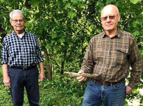 SJELDENT FUNN: John Galleberg og Hans Gran med bjørnespydet de fant på Veberg.