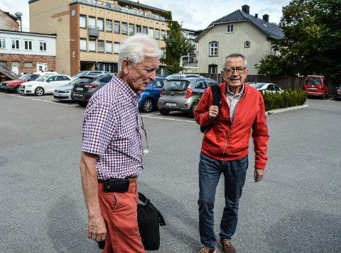 FOLKEMØTE: Cato Arveschoug (t.v.) og Sven Erik Lund mener «timingen» er midt i blinken for at kommunen og grunneieren inviterer befolkningen til å ytre seg om framtida til Linaaetomta i Storgata.