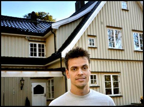 TRIVES: Lars-Kristian Eriksen har flyttet til Sarpsborg sammen med familien sin og trives veldig godt. Han skryter også av miljøet i Tune IL og gleder seg til ny rolle som spillende hovedtrener for A-laget.