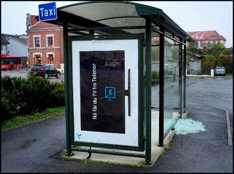 Glassruten i venteskuret ved taxiholdeplassen i Kulåsgata ble utsatt for skadeverk 7. november.