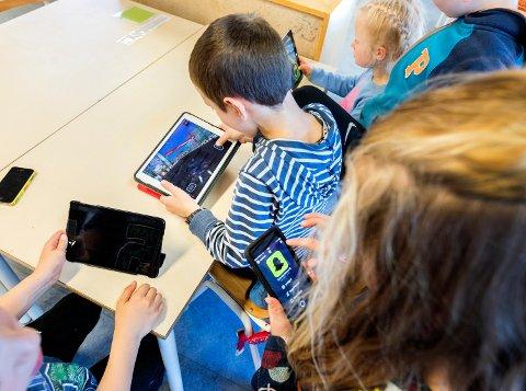 Nettbrett som deles ut eller er tilgjengelige for barn i barnehagen eller småskolen, skal benytte et filter som skjuler alvorlig innhold, krever KrF.