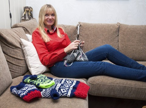 STRIKKEGLAD: Linda Berg-Lennertzen (43) strikker gjerne hundegensere mens hun ser på tv.