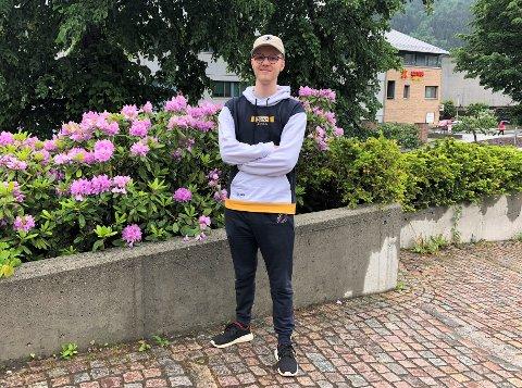 NETTBUTIKK: Tobias Barsnes sel dataspel-kle på nett for å kunne drive med E-sport i Sogn.