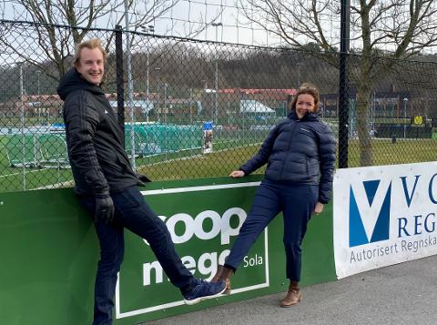 Daglig leder i Sola FK, Morten Wiik Larsen, kan fortelle om treff med Rune Bjerga og mer til. Her bilde med og Coop Økonom-direktør Marianne Wiig fra da klubbens største samarbeidsavtale gjennom tidene ble sikret i slutten av mars.