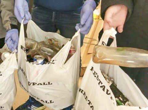 Fire bæreposer med brukerutstyr ble funnet av elever på Kjølnes ungdomsskole, da elevene tok en rydderunde i skogholtet ved skolen.