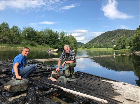 TRIST: Gunnar og Arne Hellenes ble møtt av et trist syn da flåten de har fisket fra gjennom et langt liv, brant ned i natt.