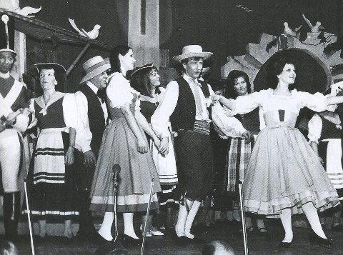 OPERAFEBER: Operaen i Kristiansund har røtter helt tilbake til begynnelsen av 1800-tallet, men operafeberen i byen begynte først å utbre seg etter premieren på «Elskovsdrikken» i Festiviteten 22. januar 1971. Forestillingen innledet den nye operaepoken, blant annet med Eva Brask som en av solistene, til og med «halvt» kristiansunder med mor fra Innlandet. – Vi er ganske forvisset om at «Elskovsdrikken» danner en ny opptakt til operatradisjonen i Kristiansund. Vi tar av oss hatten for den lokale innsats, spesielt dirigent Peder A. Rensvik og hans medarbeidere i kor og orkester, skrev Per Chr. Haugen i sin anmeldelse av premieren i Tidens Krav.