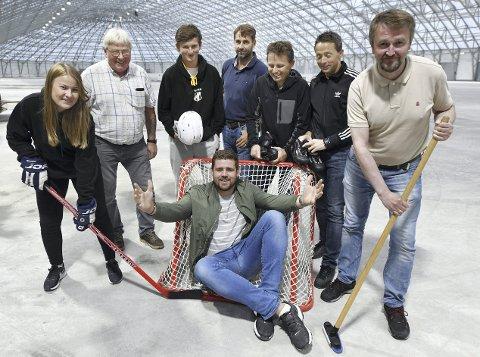 Gleder seg: Silje Hagen (fra venstre), Rune Lie, Oliver Bjerkelund, Henning Rustadmoen, Yngve Malkenes, Ludvik Storvik, Gunnar Mellemseter og Anders Bjerkelund (foran) ser fram til en ny sesong i skøytehallen.