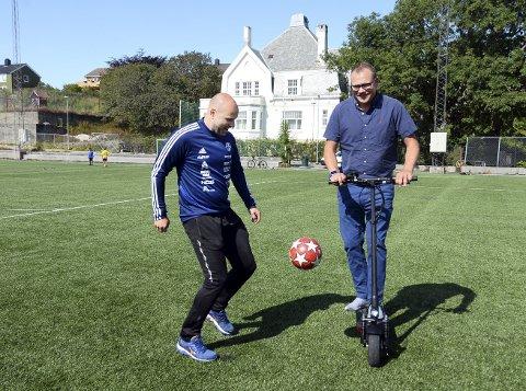 Lekne gutter: Jan Trygve Pedersen i CFK trikser med ball, mens Erik Pettersen i KFK kjører sparkesykkel på Idrett. KFK-lederen er klar på at kjørestuntet kun er tik ære for fotografen og ber brukerne av Idrett holde seg til leken med lærkula.