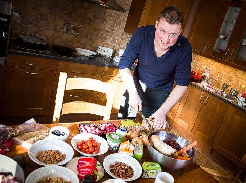 Fargerikt: Tore Jardar har dekket middagsbordet med typiske matvarer som inngår i det nye kostholdet. –Ikke noe revolusjonerende, men mer kvalitet enn før, sier han.