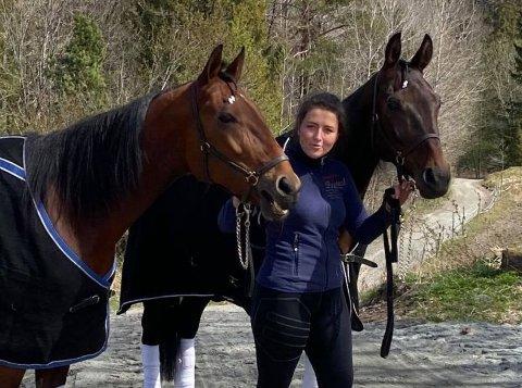 GODE VENNER: Kristine Sørensen med I See U One (nærmest) og Ubuntu.