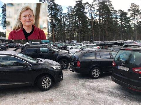 KAOTISK: Slik så det ut på parkeringsplassen på Messeområdet en søndag ettermiddag, dette vil Tønsberg-ordfører Anne Rygh Pedersen unngå i vinterferien.
