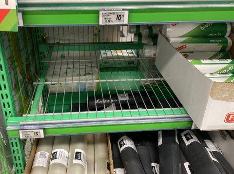 IKKE NOK: Brødposer er blitt mangelvare i norske butikker de siste ukene. Her fra Kiwi i Nedre Langgate i Tønsberg, som er én av få som har noen få poser igjen.