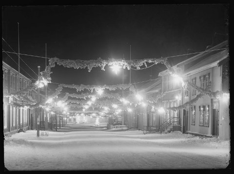 Julebelysning i Bergmannsgata på Røros, 1953.