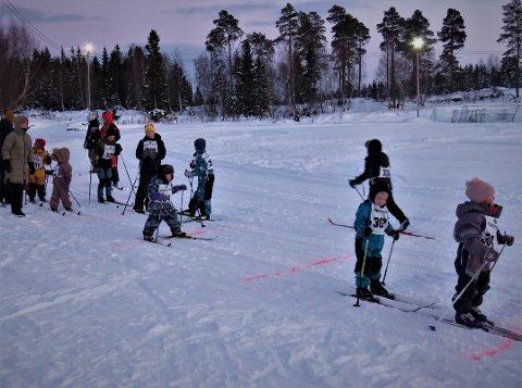 PÅFYLL: På Ytterøya var det servering av kaffe og solbærtoddy til utøvere fra skirennet og deltakere til skimaratonet. Cirka 40 deltakere på skirennet fredag.