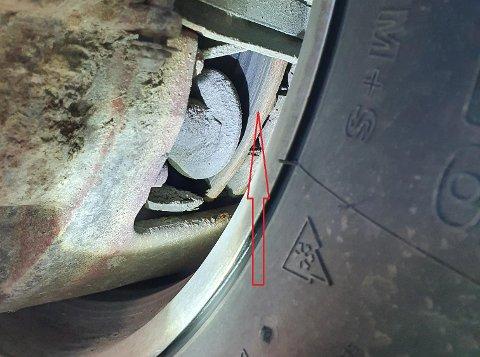 MANGE BREMSEFEIL: To av tre kontrollerte kjøretøy hadde mangler på bremsene. Her er det bremsekloss som mangler.