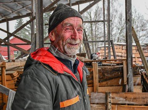 Klaus Mørner bor alene i skauen, og mangler intet. Han driver med ved, skauturer og aksjehandel.