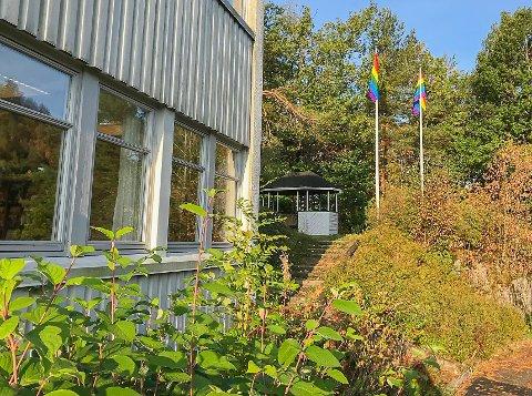 To regnbueflagg pryder stengene på Tvedestrand vgs.