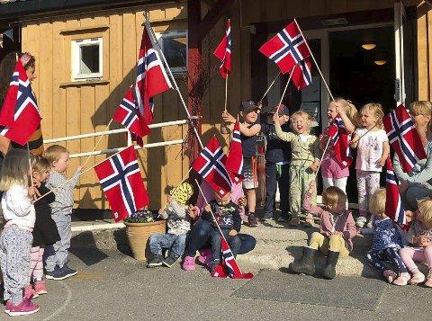 Hurra! Frigjøringsdagen ble markert godt i Grotten barnehage i fjor.