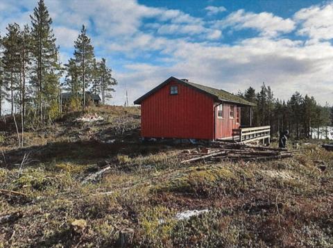 Denne hytta er moden for riving, står det i søknaden. Hytteeieren søker nå om å bygge ny på tomta, men må først få dispensasjon fra reguleringsplanen.