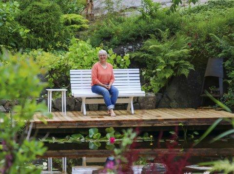 Hagens stolthet: Marie Rørviks hage bugner av dufter, blomster og urter. Og midt inni hageoasen på Vatnebu finner vi Maries stor stolthet; vannspeilet med brygge, benk og vannliljer. – Hage er som medisin for meg. Det gir meg ro og glede, sier hun.Alle foto: Marianne Stene