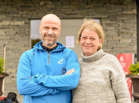 FEST: Peter Hatcher er kokk og dagleg leiar på Syndinstøga og syter for topp lokal servering. Anne Live Garvik er prosjektleiar for Huga på gard og vertskap gjennom dagen og kvelden.