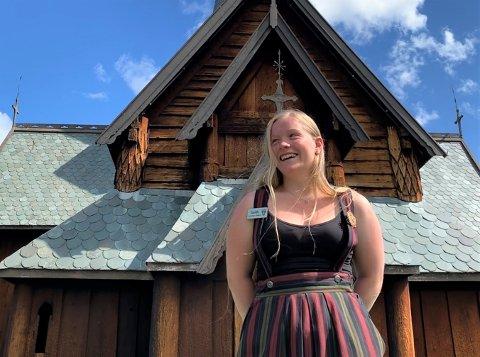 PÅ JOBB: Marie Veimodet (23) har sommerjobb i stavkirken i Hedalen for andre året på rad.