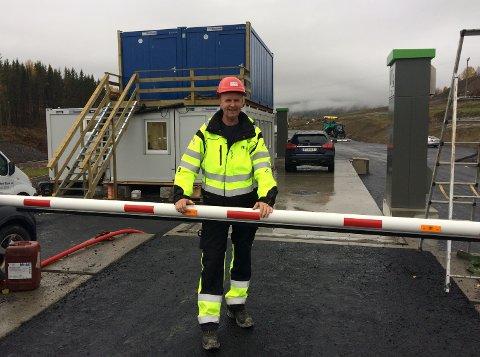 MODERNEINNVEIING:Driftsleder Hans Arve Flaaterud ved bommen til vekta der lastebiler med masser til Noah Engadalen skal veies.