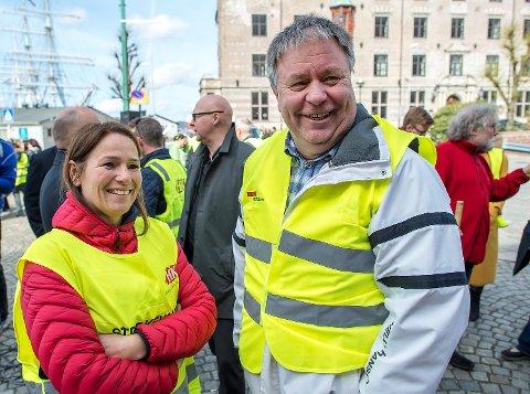 Også lederen i handel og Kontor, Trine Lise Sundnes, støtter streiken. Her sammen med Geir Olsen, distriktssekretær i Fellesforbundet.