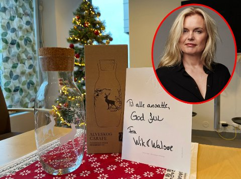 Her er gaven Wik & Walsøe delte ut til 6.500 sykehusansatte til jul. Bildet er fra Helsehuset i Fredrikstad. – Det er ment som en hyggelig gest, sier Linda Walsøe (innfeltet).