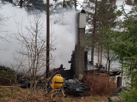 NEDBRENT: Det var ikke mye igjen av hytten i Kollen.
