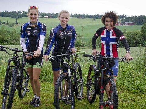 VANT GULL I EM i KROSS I TSJEKKIA: Gjertrud Bø (55) (t.h.), her under Norgesmesterskapet i Svelvik i Vestfold i 2016, sammen med to unge sykkeltalenter fra Ås, Thea Siggerud (18), Guro Tubaas Glende (15).