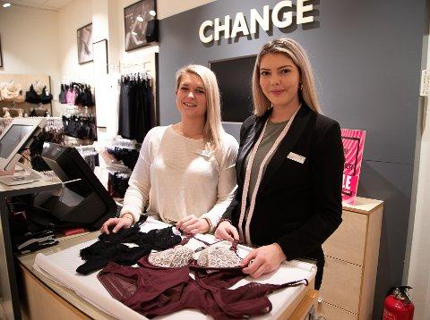 SELGER DET LILLE EKSTRA TIL VALENTIN: Butikksjef Elise Støa fra Ås og Butikk medarbeider Marit Skyvulstad fra Hobøl kan tilby kundene lekkert undertøy.