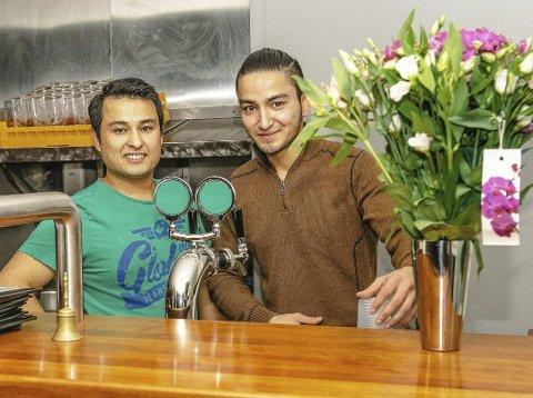 MÅTTE STENGE: Amir Rezaei og broren Ghais driver Click Bar i Ås. Da regjeringen innførte nasjonalt skjenkeforbud valgte de å stenge ned serveringsstedet så lenge forbudte varer.