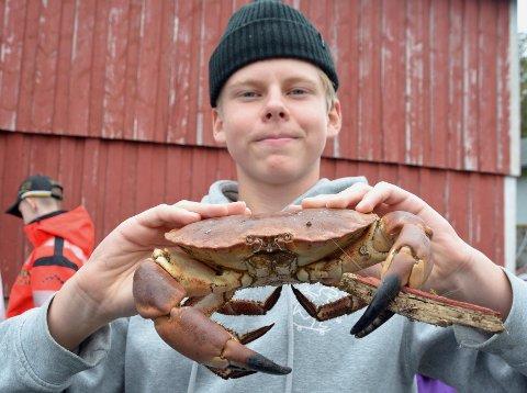 Sværing: Ingen liten krabbe  Paul Flemmen holder her. Og jammen har den ikke en trebit  i kloa.