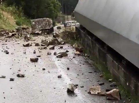 RASTE: Store og små steiner raste ned fra Tronåsens nedre parti tirsdag morgen.