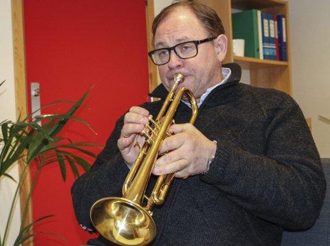 GULLTROMPET: Trompeten er Arild B. Nielsen sitt hovudinstrument, og denne er av ekte gull. foto: Randi Bjørlo