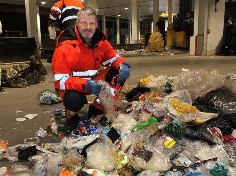 Arbeidsleder Runar T. Horn i Iris Service konstaterer at husholdningene i Salten er god på sortering av plast.