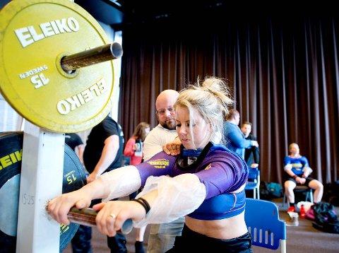 Anna Dorthea Espevik får hjelp med utstyret av trener Alexander Kirketeig i en konkurranse for to år siden.