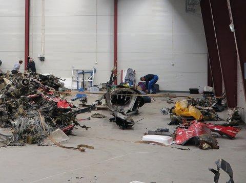 Vrakdelene etter helikopterulykken er samlet på Haakonsvern.