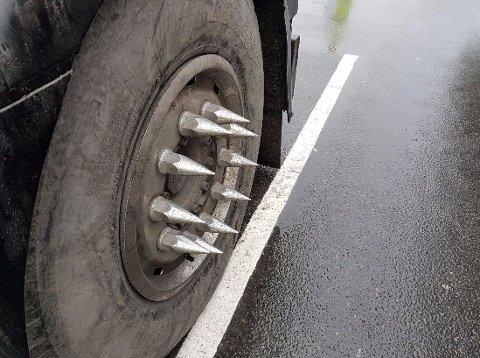 Piggene som står rett ut fra felgen, kan føre til skade for andre trafikanter, mener Statens vegvesen.