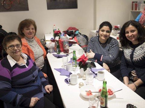 (f.v.) Mari Andraws, Ketty Louzi, Raniim Jarkas og Nema Bijoun hygget seg med julemiddag i godt lag. Alle var strålende fornøyd, selv om pinnekjøttet ble i overkant salt. Foto: Emil Weatherhead Breistein