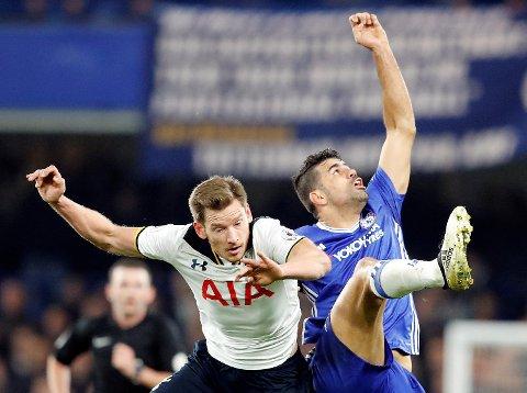 Chelseas Diego Costa (t.h.) i kamp med  Tottenhams Jan Vertonghen i seriekampen i november. Lørdag møtes de to gullkandidatene til semifinale i FA-cupen, og vi tro mest på et Spurs i superform!