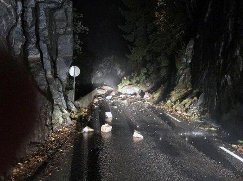 Dette synet møtte trafikkantene på fylkesvei 569 i Vaksdal onsdag morgen.