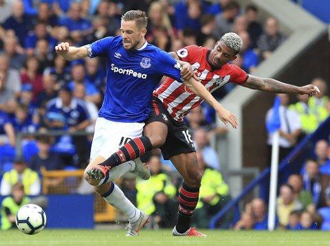 Everton og Gylfi Sigurdsson (t.v.) har en god statistikk mot Huddersfield hjmme på Goodison Park. (Peter Byrne/PA via AP)