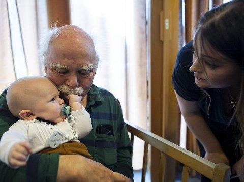 Egil og Kaspian kom godt overens da de møtte hverandre for første gang torsdag. Mamma Linn Therese Valderhaug har tidligere besøkt Ladegården Aktivitetssenter i samme ærend.